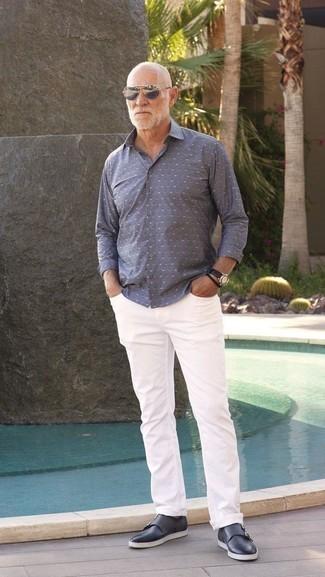 Moda para hombres de 60 años: Para crear una apariencia para un almuerzo con amigos en el fin de semana opta por una camisa de manga larga a lunares gris y unos vaqueros blancos. ¿Te sientes valiente? Opta por un par de zapatos con doble hebilla de cuero azul marino.