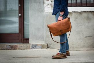 Cómo combinar unos zapatos derby de cuero marrónes: Para un atuendo que esté lleno de caracter y personalidad intenta combinar una camisa de manga larga azul marino con unos vaqueros azules. Elige un par de zapatos derby de cuero marrónes para mostrar tu inteligencia sartorial.