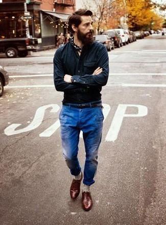Cómo combinar unos calcetines en beige: Para un atuendo tan cómodo como tu sillón opta por una camisa de manga larga de cambray azul marino y unos calcetines en beige. Dale onda a tu ropa con zapatos oxford de cuero burdeos.
