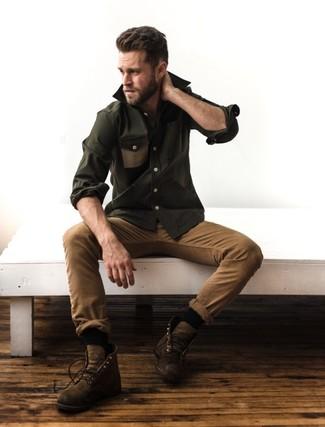 Cómo combinar: camisa de manga larga verde oliva, pantalón chino marrón claro, botas casual de cuero marrónes, calcetines negros