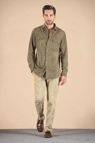 Cómo combinar una camisa de manga larga verde oliva: Empareja una camisa de manga larga verde oliva junto a un pantalón chino marrón claro para un look diario sin parecer demasiado arreglada. Usa un par de mocasín de cuero marrón para mostrar tu inteligencia sartorial.