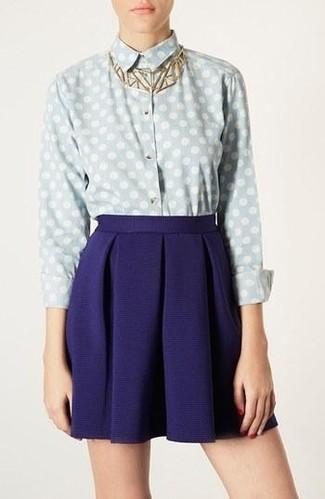 Cómo combinar: camisa de vestir a lunares celeste, falda skater azul marino, collar dorado