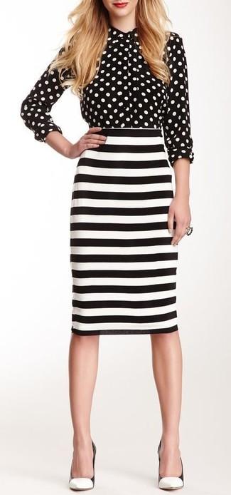 Look de moda: Camisa de vestir a lunares en negro y blanco, Falda lápiz de rayas horizontales en blanco y negro, Zapatos de tacón de cuero en blanco y negro
