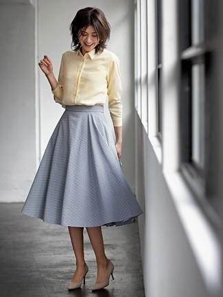 Cómo combinar: camisa de vestir amarilla, falda midi de rayas horizontales azul marino, zapatos de tacón de ante en beige