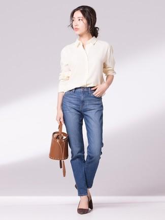 Cómo combinar: camisa de vestir amarilla, vaqueros azules, zapatos de tacón de ante en marrón oscuro, mochila con cordón de cuero marrón