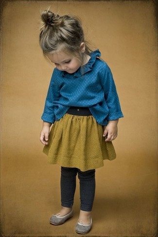 Cómo combinar: camisa de vestir azul, falda mostaza, leggings en gris oscuro, bailarinas grises