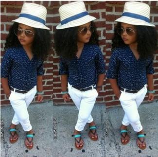 Cómo combinar: camisa de vestir azul marino, pantalones blancos, sandalias en verde menta, sombrero blanco