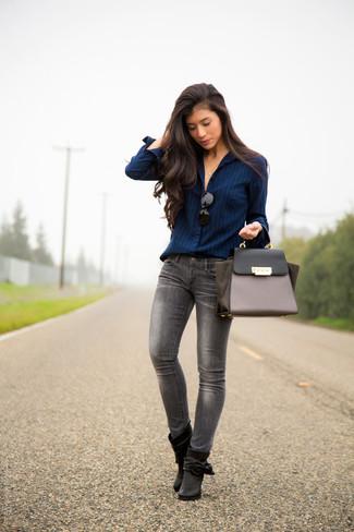 d4b5879ad Completa el look con botines de cuero negros. Cómo combinar  camisa de  vestir de rayas verticales azul marino