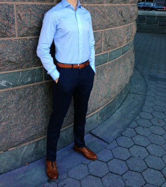 Utiliza una camisa de vestir azul y unos pantalones para lograr un look de vestir pero no muy formal. Zapatos oxford de cuero marrón claro levantan al instante cualquier look simple.