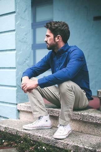 Cómo combinar unas zapatillas altas de lona blancas para hombres de 30 años: Ponte una camisa de vestir azul y un pantalón chino en beige para el after office. Zapatillas altas de lona blancas añadirán interés a un estilo clásico.