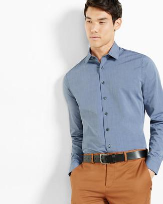 Cómo combinar: camisa de vestir azul, pantalón chino en tabaco, correa de cuero negra