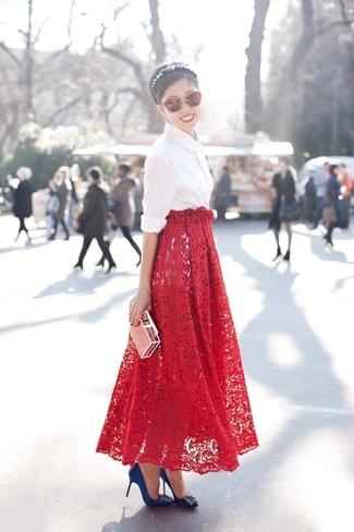 Cómo combinar: camisa de vestir blanca, falda larga de encaje roja, zapatos de tacón de satén con adornos azules, gafas de sol rojas