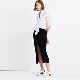 Cómo combinar: camisa de vestir blanca, falda midi con recorte negra, tenis de cuero en blanco y negro
