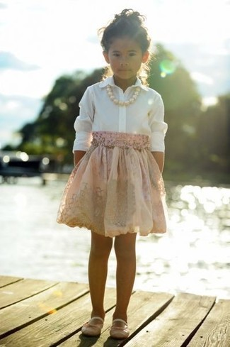 Cómo combinar: camisa de vestir blanca, falda rosada, bailarinas rosadas