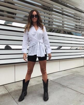 Cómo combinar unas botas camperas de cuero negras: Ponte una camisa de vestir blanca y unas mallas ciclistas negras para un look diario sin parecer demasiado arreglada. Si no quieres vestir totalmente formal, opta por un par de botas camperas de cuero negras.