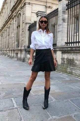 Look de moda: Camisa de vestir blanca, Minifalda de cuero negra, Botas camperas de cuero negras, Gafas de sol negras