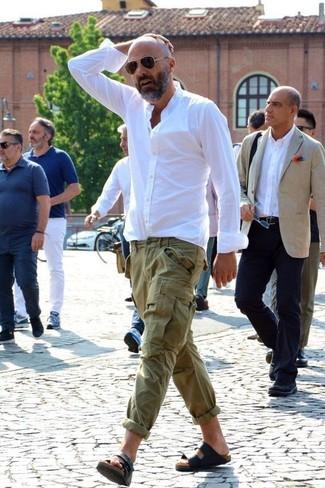 Cómo combinar: camisa de vestir blanca, pantalón cargo verde oliva, sandalias de cuero negras, gafas de sol en marrón oscuro