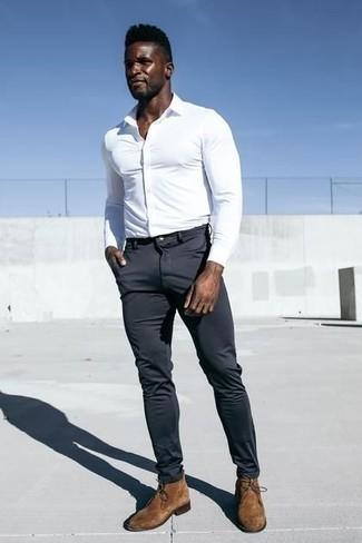 Cómo combinar un pantalón chino en gris oscuro: Emparejar una camisa de vestir blanca con un pantalón chino en gris oscuro es una opción excelente para un día en la oficina. Si no quieres vestir totalmente formal, elige un par de botas safari de ante marrónes.
