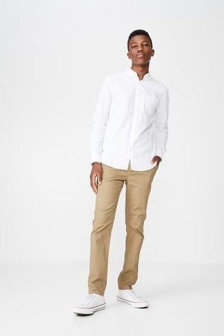 Como Combinar Unos Tenis Blancos Con Unos Pantalones Marron Claro Para Hombres De 20 Anos En Verano 2021 Estilo Casual Elegante 6 Outfits Lookastic Espana
