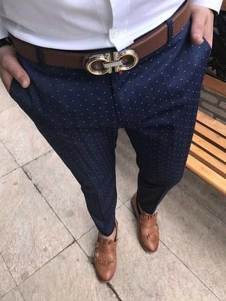 Cómo combinar: camisa de vestir blanca, pantalón de vestir a lunares azul marino, zapatos con doble hebilla de cuero marrónes, correa de cuero marrón