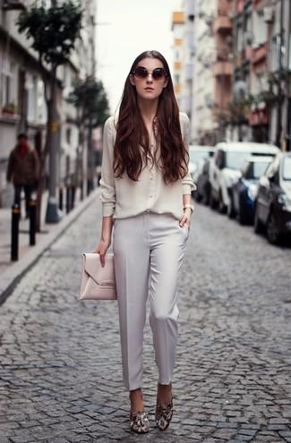 Usa una camisa de vestir de seda blanca y un pantalón de vestir blanco y te verás impresionante en cualquier lugar y en cualquier momento. Complementa tu atuendo con mocasín.