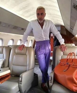 Cómo combinar: camisa de vestir blanca, pantalón de vestir en violeta, mocasín de ante en marrón oscuro, bolsa tote de cuero naranja