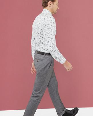 Cómo combinar: camisa de vestir con print de flores blanca, pantalón de vestir de lana gris, botas casual de ante negras, correa de cuero negra