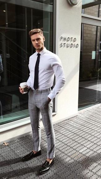 Outfits hombres: Considera ponerse una camisa de vestir blanca y un pantalón de vestir de tartán gris para una apariencia clásica y elegante. Mocasín con borlas de cuero negro son una opción muy buena para complementar tu atuendo.
