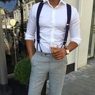 Cómo combinar: camisa de vestir blanca, pantalón de vestir de seersucker gris, tirantes azul marino, reloj de cuero en marrón oscuro