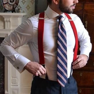 Cómo combinar: camisa de vestir blanca, pantalón de vestir negro, corbata de rayas verticales en blanco y rojo y azul marino, tirantes rojos