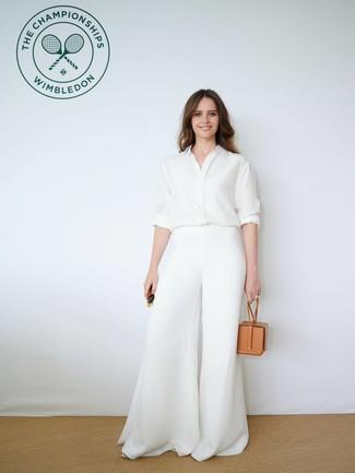 Cómo combinar: camisa de vestir de seda blanca, pantalones anchos blancos, cartera de cuero marrón claro, gafas de sol verde oscuro