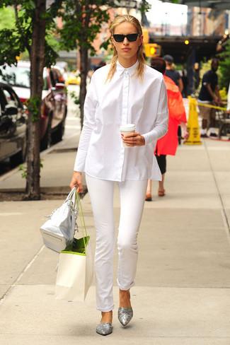 Elige una camisa de vestir blanca y unos pantalones pitillo blancos para después del trabajo. Bailarinas de cuero grises añadirán interés a un estilo clásico.