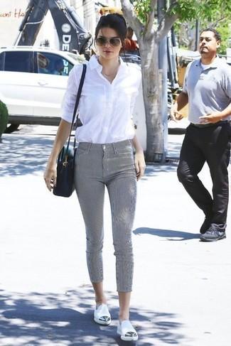 Look de Kendall Jenner: Camisa de vestir blanca, Pantalones pitillo grises, Mocasín de cuero blancos, Bolso bandolera de cuero negro