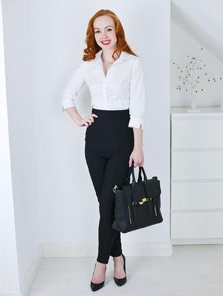 Cómo combinar: camisa de vestir blanca, pantalones pitillo negros, zapatos de tacón de cuero negros, bolso de hombre de cuero negro