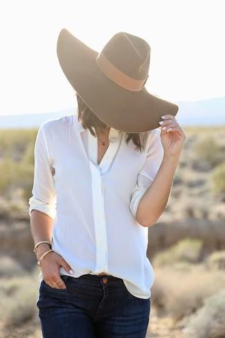 Cómo combinar: camisa de vestir blanca, vaqueros azul marino, sombrero de lana marrón