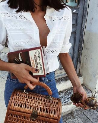 Cómo combinar: camisa de vestir con ojete blanca, vaqueros azules, bolso de hombre de lona marrón, gafas de sol marrónes