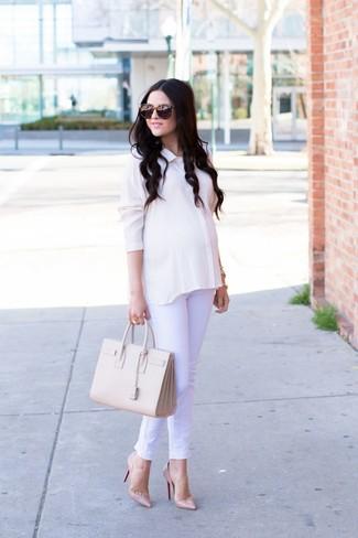 Cómo combinar: camisa de vestir de seda blanca, vaqueros blancos, zapatos de tacón de cuero en beige, bolsa tote de cuero en beige