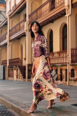 Cómo combinar: camisa de vestir a cuadros burdeos, falda larga de seda con print de flores en beige, sandalias de tacón de cuero plateadas, bolso de hombre de cuero gris