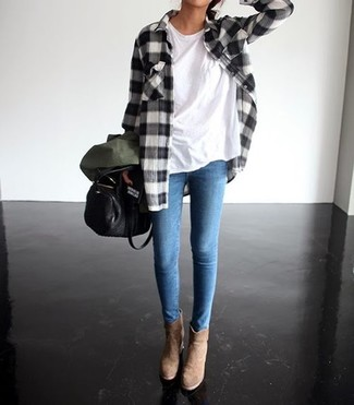 Cómo combinar: camisa de vestir de tartán en negro y blanco, camiseta con cuello circular blanca, leggings vaqueros celestes, botines de ante marrón claro