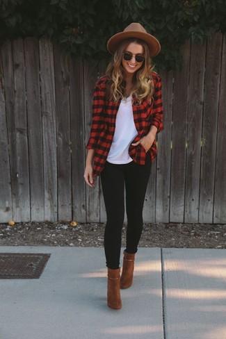 Cómo combinar: camisa de vestir de franela a cuadros roja, camiseta con cuello circular blanca, leggings negros, botines de ante en tabaco