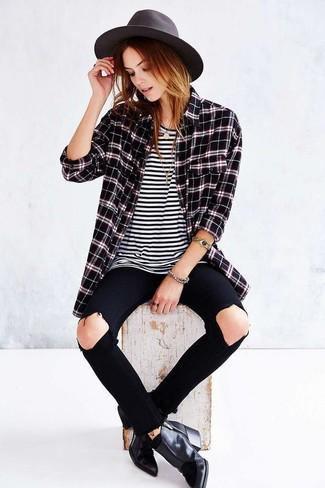Cómo combinar: camisa de vestir de tartán negra, camiseta con cuello circular de rayas horizontales en blanco y negro, vaqueros pitillo desgastados negros, botines de cuero negros