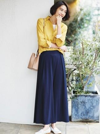 Cómo combinar: camisa de vestir amarilla, camiseta de manga larga blanca, pantalones anchos azul marino, mocasín de cuero blancos