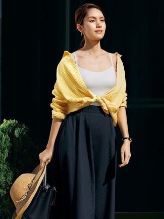 Cómo combinar: camisa de vestir de cuadro vichy amarilla, camiseta sin manga blanca, falda midi plisada negra, mochila con cordón de cuero negra