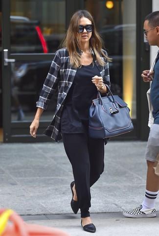 Cómo combinar: camisa de vestir de tartán en gris oscuro, camiseta sin manga azul marino, pantalón de pinzas negro, bailarinas de cuero negras