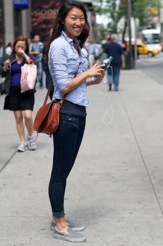 Cómo combinar una camiseta sin manga en gris oscuro: Muestra tu lado lúdico con una camiseta sin manga en gris oscuro y unos vaqueros pitillo azul marino. Zapatillas slip-on grises son una sencilla forma de complementar tu atuendo.