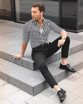 Cómo combinar: camisa de vestir de rayas verticales en blanco y negro, camiseta sin mangas blanca, pantalón de vestir negro, zapatos oxford de cuero negros