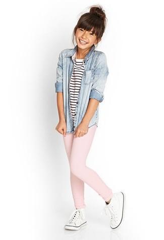 Cómo combinar: camisa de vestir vaquera celeste, camiseta de rayas horizontales en blanco y azul marino, leggings rosados, zapatillas blancas