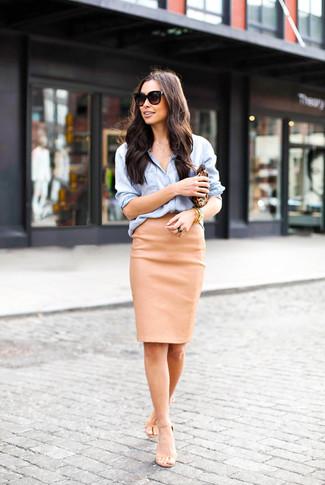 Cómo combinar: camisa de vestir de cambray celeste, falda lápiz de cuero marrón claro, sandalias de tacón de cuero en beige, cartera sobre de cuero de leopardo marrón