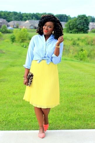 Cómo combinar: camisa de vestir celeste, falda midi plisada amarilla, bailarinas de cuero naranjas, cartera sobre de ante de leopardo marrón claro