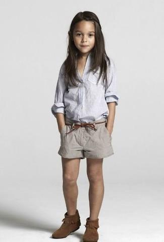 Cómo combinar: camisa de vestir celeste, pantalones cortos grises, botas ugg en marrón oscuro